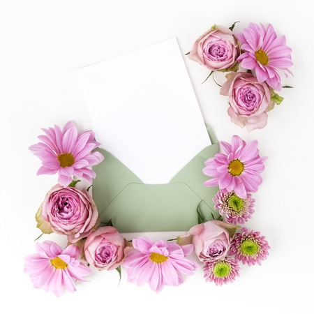 envelop: Envelop with pink flowers frame. Flat lay.