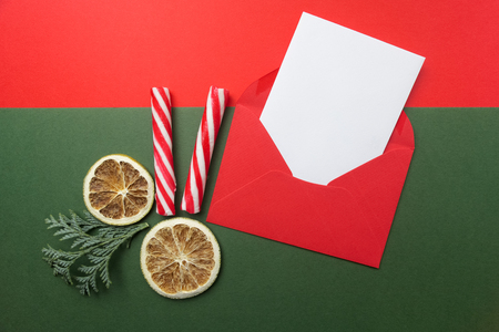 Sobre rojo abierto con hoja de papel en blanco incluida