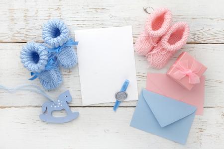 Set van baby meisje en jongens booties en wenskaart vorm. Bovenaanzicht Stockfoto - 73017430