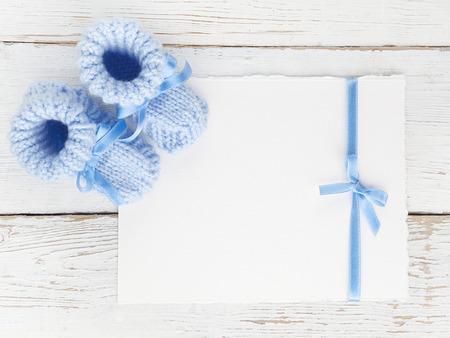 흰색 나무 배경에 빈 카드와 함께 아기 소년 메로. 평면도. 평평한 평신도. 스톡 콘텐츠