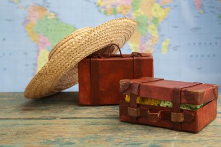 equipaje en el mapa del mundo de fondo. concepto de viaje
