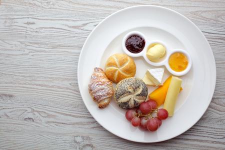 Café da manhã continental rico. Croissants crocantes franceses, muesli, muitos frutos doces e bagas, café quente para as refeições da manhã.