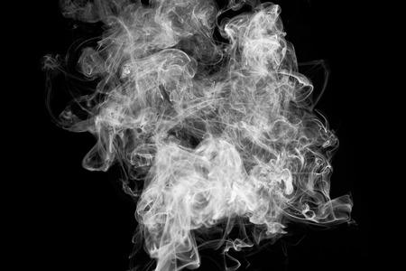 Rauchbewegung auf schwarzem Hintergrund, Rauchhintergrund, Standard-Bild