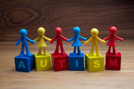 Puppenkinderhintergrunddesign mit Autismuswort auf Würfeln Standard-Bild