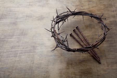 Jesus Crown Dornen und Nägel auf altem und Grunge-Holz-Hintergrund. Vintage Retro-Stil. Freier Platz für Text