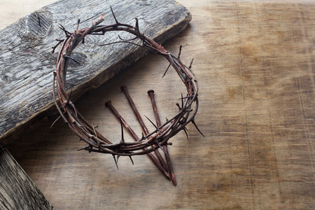 Jesus Crown Dornen und Nägel auf altem und Grunge-Holz-Hintergrund. Vintage Retro-Stil.
