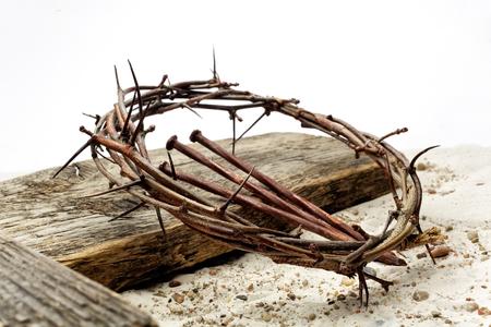 Jesús corona de espinas y clavos y cruz sobre arena. Estilo retro vintage. Foto de archivo