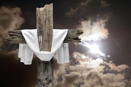 Croix de Pâques sur ciel dramatique. Il est ressuscité concept.