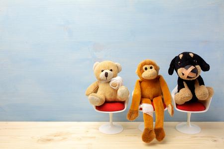 Pediatra. Animales de juguete sentados en la silla en el hospital. Centro de salud para niños.
