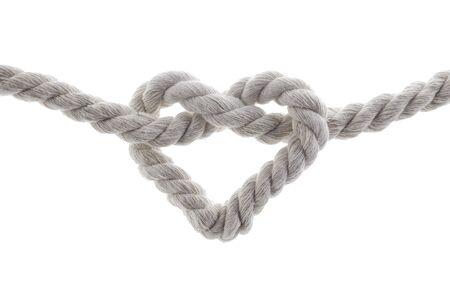 Herzform Knoten Seil isoliert auf weißem Hintergrund