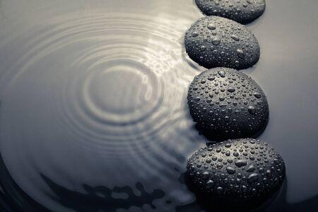 glanzende zen stenen met waterdruppels. Bovenaanzicht Stockfoto