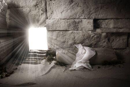 Tombeau vide tandis que la lumière brille de l'extérieur. Résurrection de Jésus-Christ. Concept chrétien de Pâques. Banque d'images