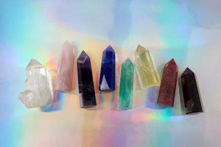 Healing Chakra crystals on halographic background. Meditation, Reiki or spiritual healing background. 免版税图像