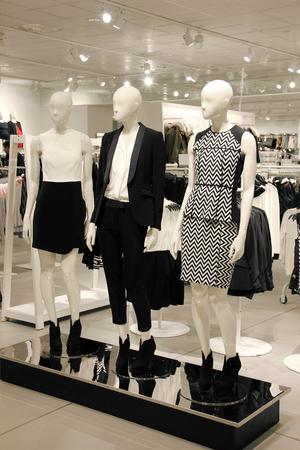 Winkelen met mannequins gekleed in zakelijke kleding