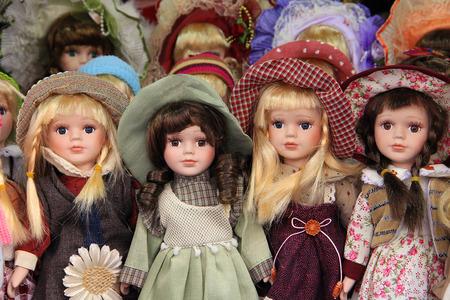 muñecas de porcelana en el mercado de Praga, que se venden como recuerdos