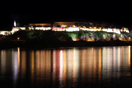 Petrovaradin fort op de rivier de Donau, bij nacht, mening van Novi Sad, dit is een plaats van Exit festival in Servië