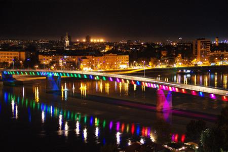 Stad Novi Sad gefotografeerd door 's nachts Redactioneel