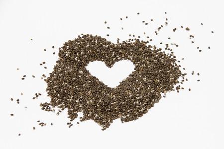 Chia zaden geïsoleerd op een witte achtergrond vormen een hart.