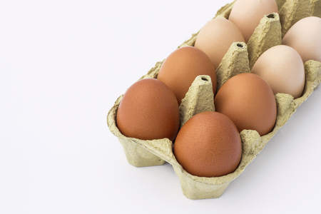 Kip eieren in een papier container geïsoleerd op een witte achtergrond Stockfoto