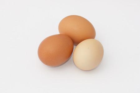 Drie hen eieren geïsoleerd op een witte achtergrond Stockfoto