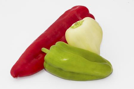 Drie verschillende pepers geïsoleerd op een witte achtergrond
