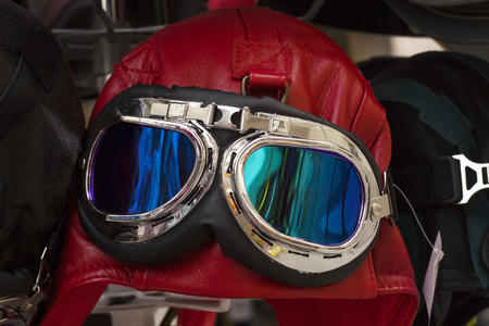 Rode uitstekende leer motorfiets en vlieger helm hoed met googles