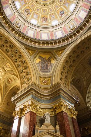 Binnenland van de rooms-katholieke basiliek in Boedapest, Hongarije, genaamd St. Stephen's Basilica Redactioneel