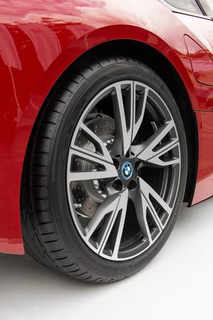 Juni 2016, Boedapest, Hongarije - Metalen rand op een rode BMW sportwagen.