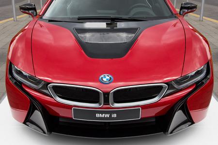 Juni 2016, Boedapest, Hongarije - Nieuwe rode BMW i8 sportwagen Redactioneel