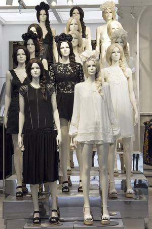 Bewaar mannequins gekleed in zwart-witte boho jurken