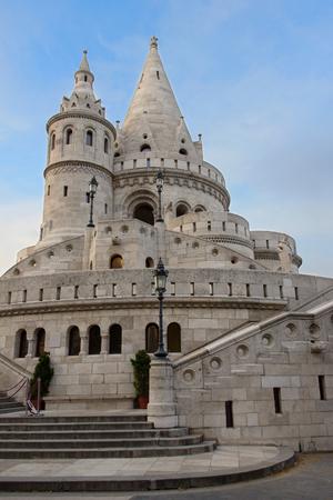 Mooi kasteel genaamd Fisherman's Bastion in Boedapest, Hongarije