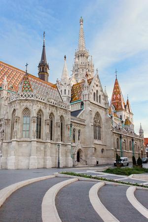 Achterkant van de beroemde kleurrijke Matthias Kerk in Boedapest, Hongarije Stockfoto