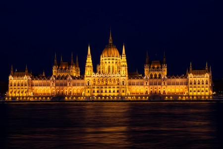 Het gebouw Parlement van Boedapest bij nacht