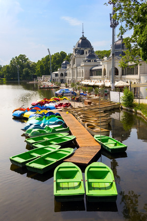 Kleurrijke boten op het meer in Varosliget openbaar stadspark, Budapest, Hongarije Stockfoto