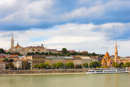 Uitzicht op de Buda kant van Boedapest op een zonnige dag door de Donau