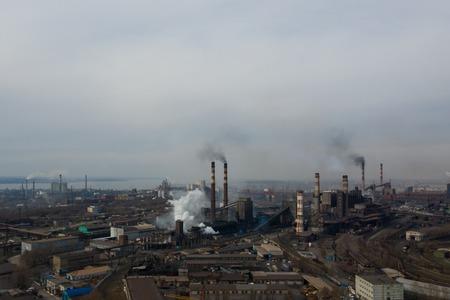 Pianta inquinante ripresa dall'alto con un drone