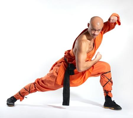 artes marciales: Monje de guerreros Shaolin sobre fondo blanco