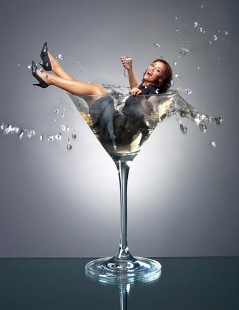 copa de martini: Chica Smilng ca�da en vaso de martini Foto de archivo