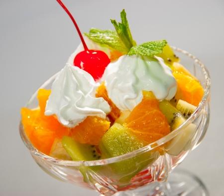 coppa di gelato: Coppa di crema di macedonia di frutta whith Archivio Fotografico