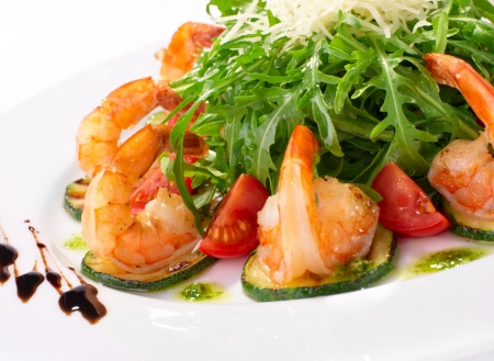 arugula dish with shrimp and zucchini Imagens