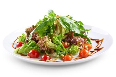 pinoli: insalata fresca con noci ciliegio e pino
