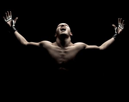 artes marciales: MMA fighte en negro, imagen dramática