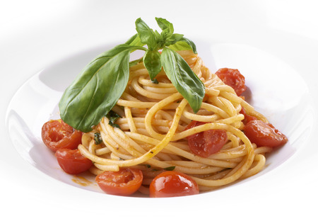 Vegitarianskoe spaghetti with cherry tomatoes and fresh herbs
