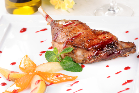 brasserie: Baked goose leg with pear