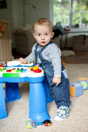 9 months old: 9 meses de edad del beb� que juega con el juguete de la m�sica Foto de archivo