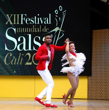 Bailarina de salsa en el Festival Internacional de Salsa en Cali, Colombia (pareja roja) Editorial