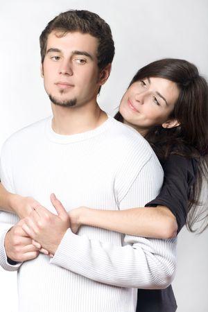 couple enlac�: Jeunes couples embrassant, souriant