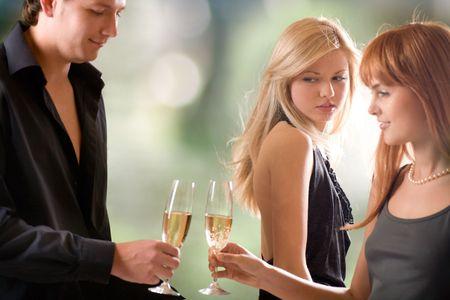Junges Paar Betrieb Gläser mit Champagner und Frau in ihnen suchen, im Freien, den Schwerpunkt auf die Frau mit blonden Haaren
