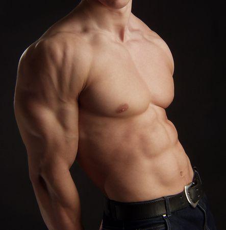 ni�o sin camisa: Torso desnudo de la joven hombre muscular