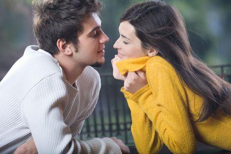 baiser amoureux: Jeunes couples, dehors